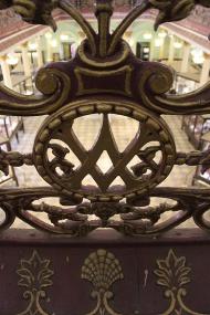 Monogram of Victoria and Albert on the wrought iron railings: Testimony to the original name.