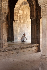 A guardroom during Mahmud Begada's reign, the colonnaded chamber was used as a custom house in the Maratha period, and the name has since stuck.